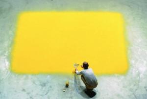 Carré de Pollen de W. Laib, nettoyage par S. Jadot-Pivet au Centre Pompidou, Beaubourg