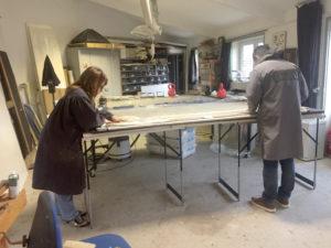Travail sur la toile d'une peinture, les ateliers de restauration VerreJade